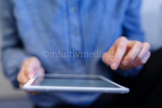 Frau mit Tablet in den Händen