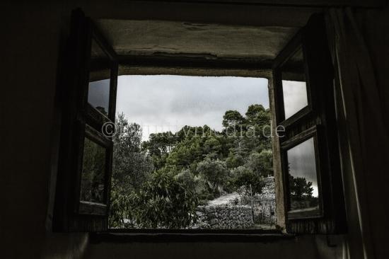 Ausblick aus rustikales Fenster
