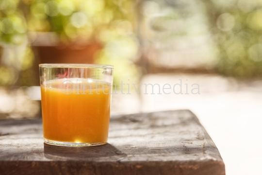 Glas mit frisch gepresstem Bio Orangensaft