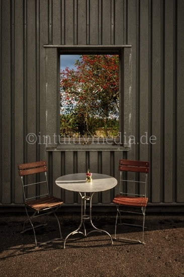 Tisch mit Stühlen & Fenster