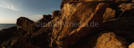 Wilde Felsen aus der Algarve in Portugal.