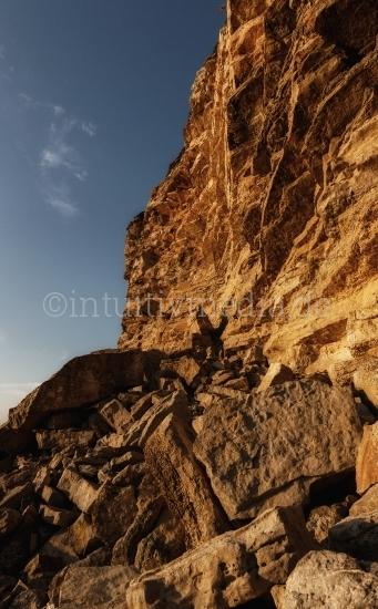 Hohe Felsen aus der Algarve in Portugal.