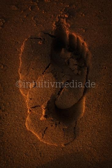 Fußspuren im Sand am Strand