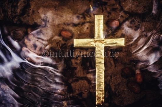 Goldenes Kreuz im Wasser