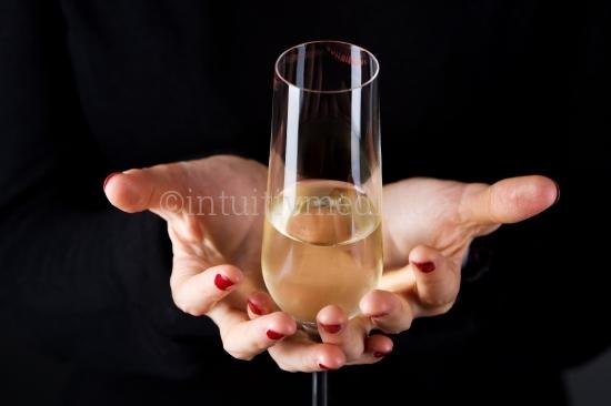 Glas Sekt in der Hand