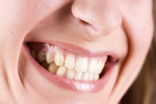 Lachender Mund einer Frau