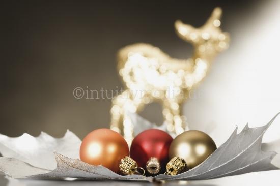 Reh mit  Weihnachtskugeln