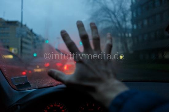 Hand vor Windschutzscheibe