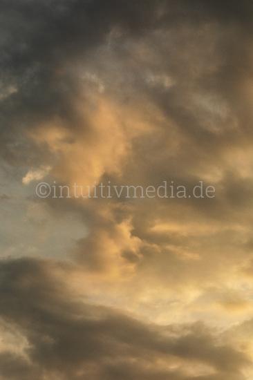 Abendwolken im Hochformat
