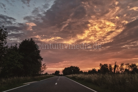 Landtraße mit Abendhimmel
