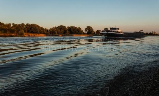 Containerschiff auf dem Fluss