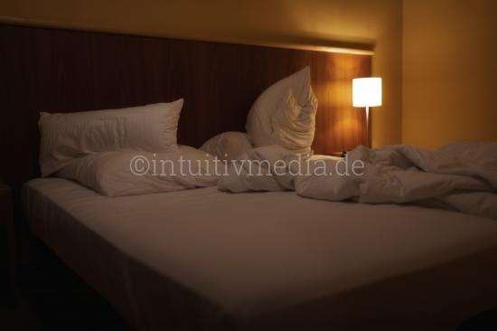 Hotelzimmer mit Bett mit Lampe