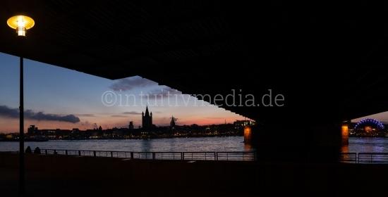 Kölner Brücke nachts