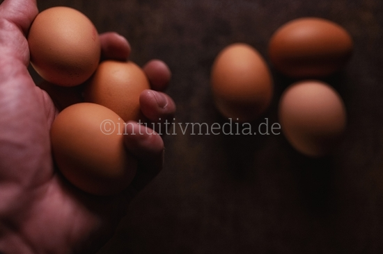 Eier auf dunklem Tisch