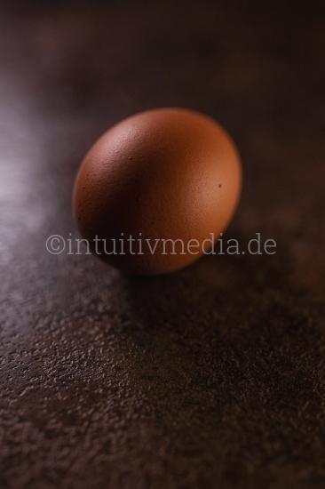 Ei auf dunklem Tisch