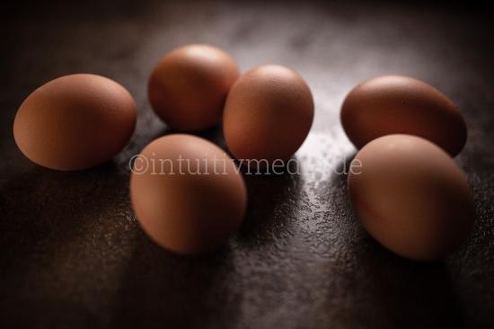 Bio Eier auf dunklem Hintergrund. Stockfood