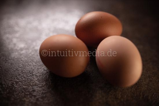 3 Bio Eier auf dunklem Hintergrund