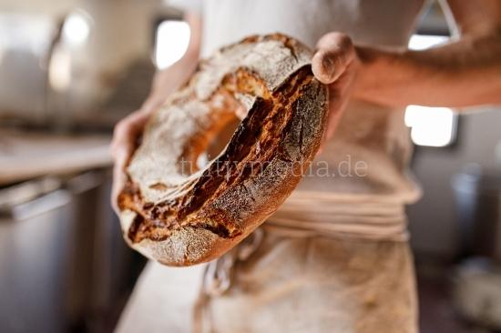 Bäcker zeigt sein bio Brot