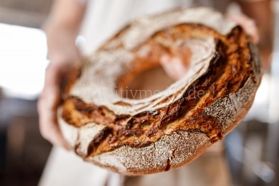 Bäcker presentiert sein bio Brot