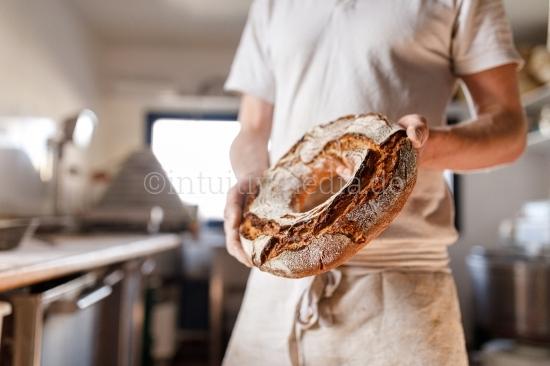 Bäcker presentiert Brot