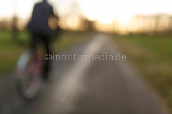 Fahradfahrer auf Feldweg - Enstpannung